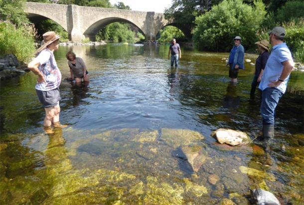 """El puente medieval """"perdido"""" fue descubierto por una comunidad multidisciplinar de amantes de la historia escocesa, que se ve aquí vadeando el río Teviot. Gracias a su dedicación, en las fronteras escocesas se descubrió el Puente Viejo Ancrum que data del siglo XIII. (ADHS)"""