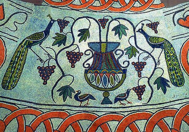 Detalle del piso de mosaico del baptisterio, que representa a dos pavos reales comiendo uvas (Dominio público)