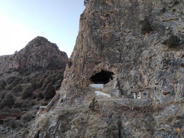 La cueva kárstica de Baishiya en la meseta tibetana en China ha sido un desafío excepcional para los arqueólogos. Un sitio budista sagrado, el equipo se vio obligado a trabajar de noche para no molestar a los fieles. (Han Yuanyuan / Sede de la Academia China de Ciencias)