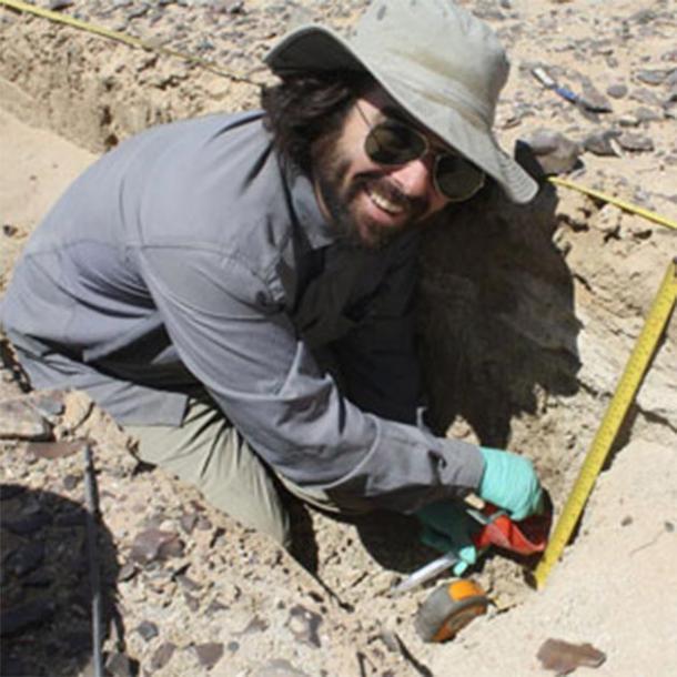 El arqueólogo de UC Berkeley A.J. White desentierra sedimentos en busca de antiguos estanoles fecales de la tribu Cahokia. (Danielle McDonald)