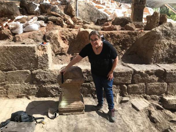 El profesor Adi Erlich de la Universidad de Haifa dirigió la excavación y se puede ver aquí con un altar romano dedicado a Pan. Este artefacto sugiere que el sitio se usó con fines religiosos antes de la llegada de los cristianos. (Equipo de Excavaciones de Banias)