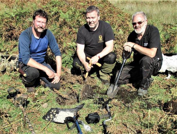 El equipo de Conflicts of Interest tiene permisos para detectar metales cerca de una casa de campo en ruinas y es aquí donde encontraron el alijo jacobita. (Paul Macdonald / Conflictos de intereses)