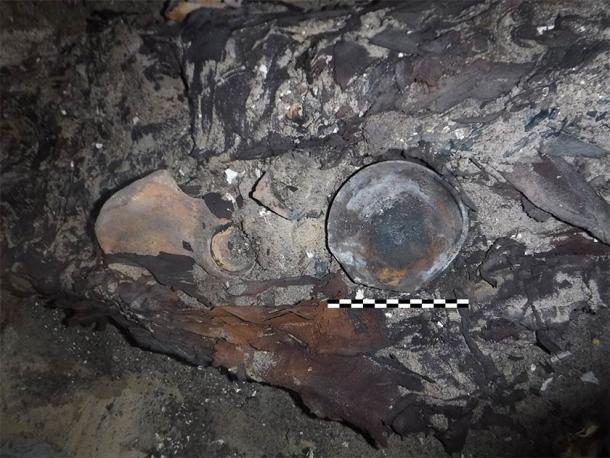 El equipo encontró evidencia de un tratamiento ginecológico. Los restos humanos fueron descubiertos con un cuenco de cerámica entre sus piernas, que tiene restos quemados, lo que se considera evidencia de una antigua fumigación ginecológica. (Patricia Mora / Proyecto Qubbet-el Hawa)