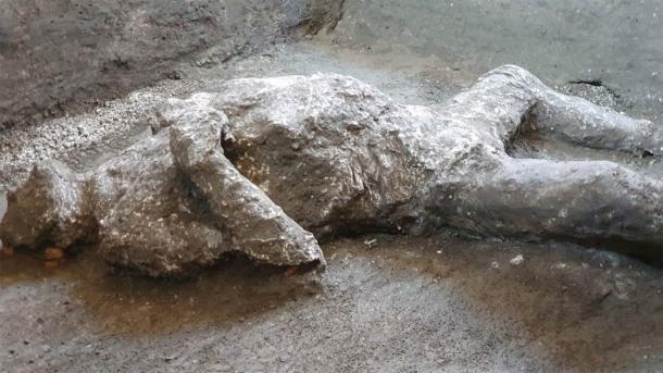 El esclavo y su amo descubiertos en una villa en las afueras de Pompeya deben haber tenido una muerte espantosa e insoportable, como se puede ver en la forma en que aprietan los pies y las manos. (Parco Archeologico di Pompei)