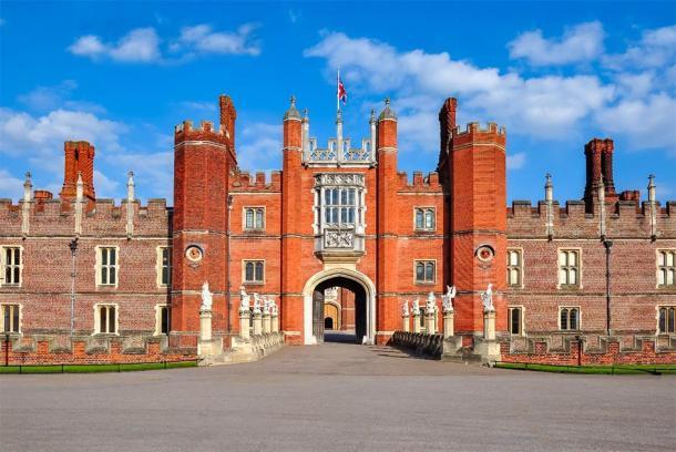 Hampton Court Palace, probablemente donde se ubicó la primera posición del novio del taburete en la era Tudor. (Mistervlad / Adobe Stock)