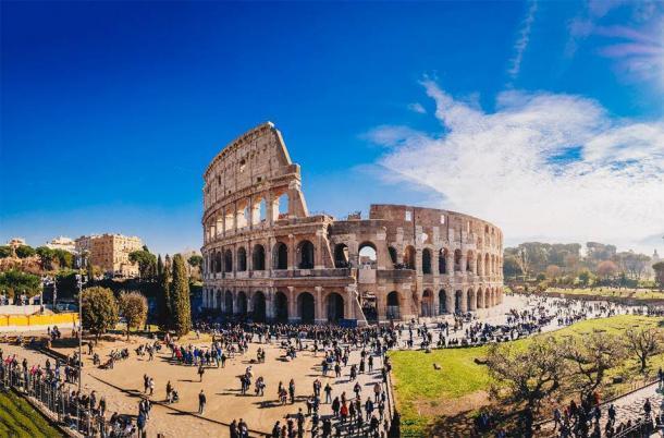 Turistas en el Coliseo. (Calin Stan / Adobe Stock)