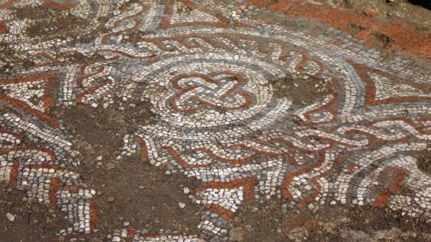 """Un primer plano del mosaico encontrado en la villa romana de Chedworth que ha """"reescrito la historia"""". (National Trust)"""