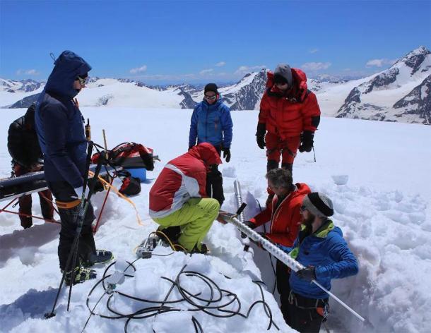 La operación de perforación de testigos de hielo en el glaciar de la cumbre Weißseespitze. Se utilizó un taladro electromecánico ligero especial para recuperar dos núcleos de hielo. (Crédito: Norbert Span / Nature 2020)