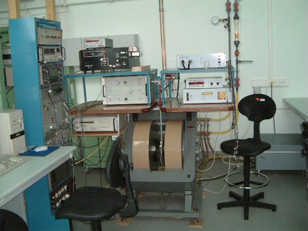 """Un espectrómetro de resonancia paramagnética electrónica (EPR), que se utilizó para analizar de forma forense la piel egipcia de las momias para comprender cómo fueron tratadas durante el proceso de momificación. (Przemyslaw """"Tukan"""" Grudnik / CC BY-SA 3.0)"""
