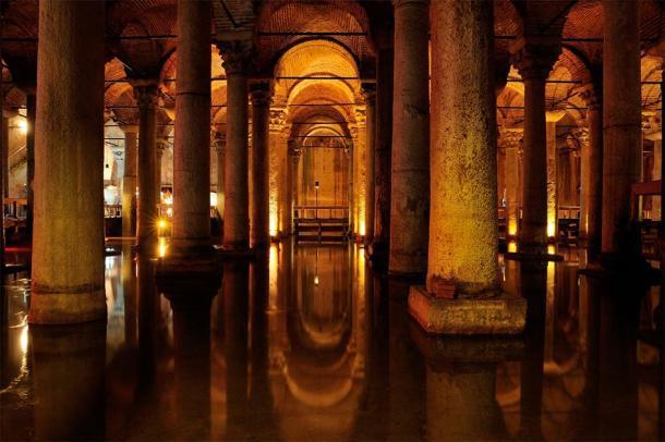 """La Cisterna Basílica subterránea construida por el Emperador Justiniano, que se encuentra a unos 150 metros de Hagia Sophia y generalmente está """"cubierta"""" de agua. (FOTOALEM / Adobe Stock)"""