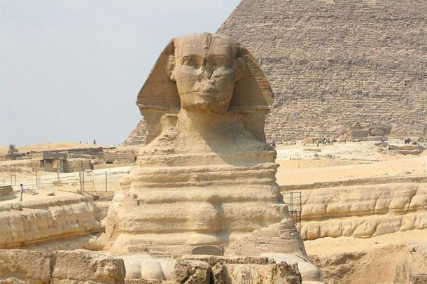 Una vista frontal de la Gran Esfinge de Giza. Observe la meteorización extrema en el cuerpo que inicialmente llevó a los investigadores a cuestionar su edad supuesta y, por lo tanto, la verdadera participación de Khafre en su construcción ha sido cuestionada a fondo desde entonces. (Diego Delso / CC BY-SA 3.0).