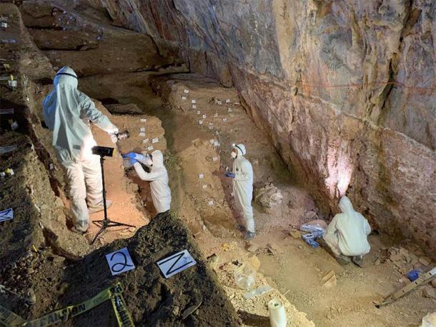 El profesor asistente Mikkel Winther Pedersen con los miembros del equipo muestreando cuidadosamente las diferentes capas culturales en la cueva. (Imagen: Mads Thomsen / Nature)