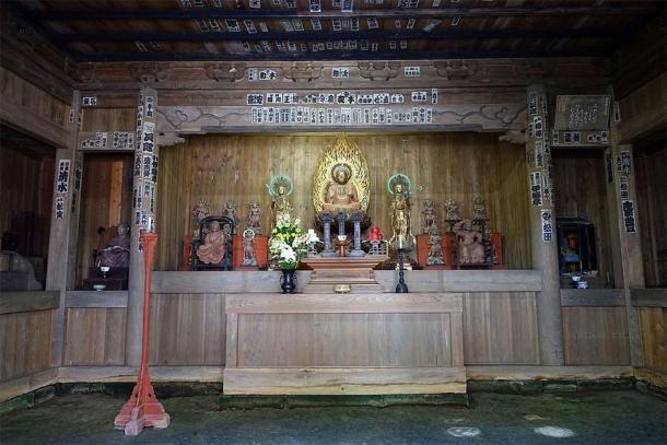 El altar del Templo Kaizo-ji muestra a los dos asistentes Bosatsu, Nikko Bosatsu y Gakko Bosatsu, que flanquean la estatua de Yakushi Nyorai (Daderot / CC0)