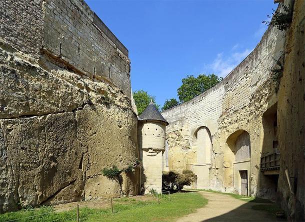 Un pasadizo entre los muros exteriores y las estructuras interiores del castillo de Brézé. (Marc Ryckaert / CC BY-SA 4.0)