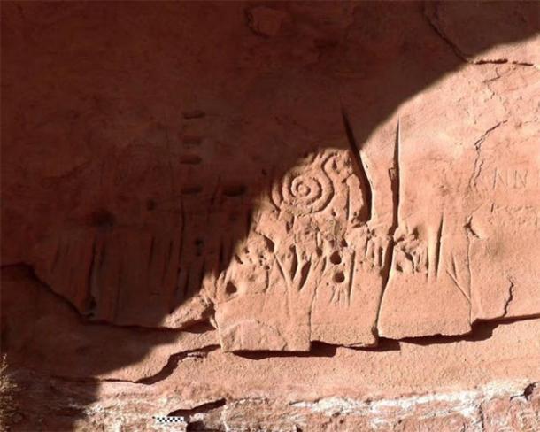 Cerca de los patrones en espiral que aparecen prominentemente en las tallas de roca y se cree que son un símbolo entre los pueblos ancestrales del pueblo para el cielo o el sol. (Universidad Jagiellonian)