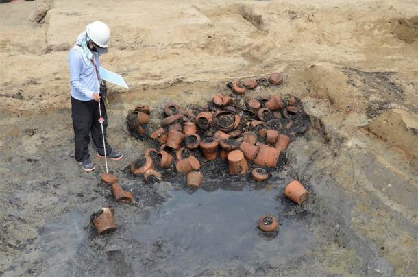 Un montón de urnas funerarias que fueron desenterradas en el sitio de Umedahaka. (Asociación de Bienes Culturales de la Ciudad de Osaka / Ciudad de Osaka)