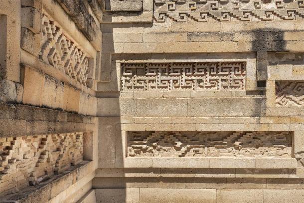 Los frisos de piedra en Mitla, ¡todos hechos sin el uso de mortero! (LRafael / Adobe Stock)