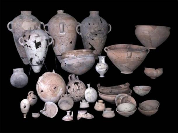 Cerámica encontrada en el sitio de excavación del templo cananeo. (Clara Amit / IAA)