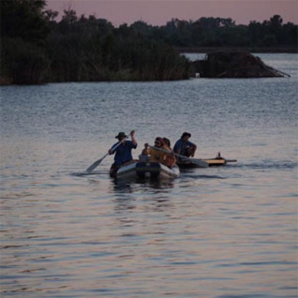 A.J. White y sus colegas reman hacia el lago Horseshoe en busca de evidencia de la antigua tribu Cahokia. (A.J. White)