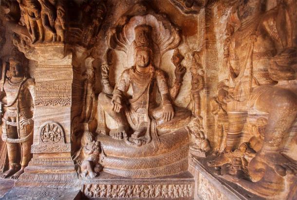 Esta piedra Shiva en las cuevas históricas de Badami, India, es un ejemplo de las obras de arte del templo del siglo VI que se encuentran dentro de la arquitectura de Badami Chalukya. (radiokafka / Adobe Stock)