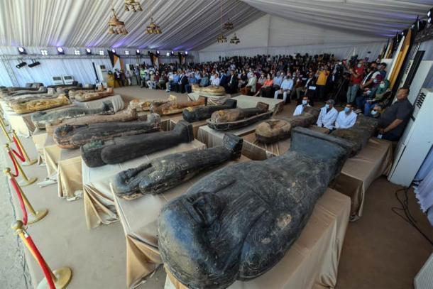 En una importante conferencia de prensa nacional, anunciando los nuevos hallazgos de Saqqara. (Ministerio de Turismo y Antigüedades)