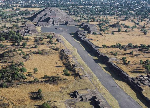 """La Avenida de los Muertos que conduce a la Pirámide de la Luna en la antigua ciudad de Teotihuacan, el único y único """"hogar"""" de la misteriosa Mujer Araña. (Ricardo David Sánchez / CC SA-BY 3.0)"""