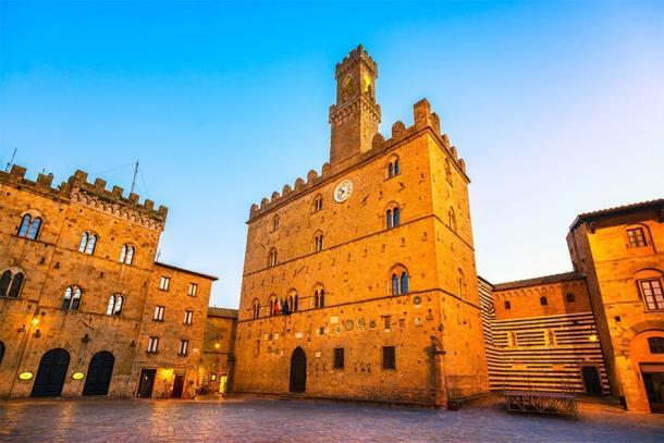 Palazzo Dei Priori de Volterra, Italia (stevanzz / Adobe Stock)