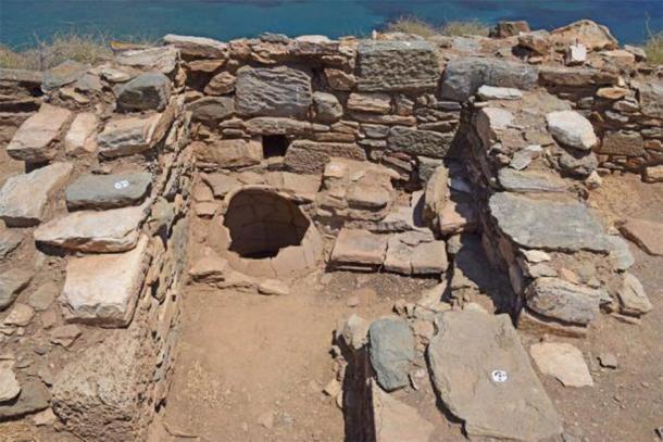 Sección superior de una jarra de almacenamiento in situ. (AMNA / Ministerio de Cultura griego)