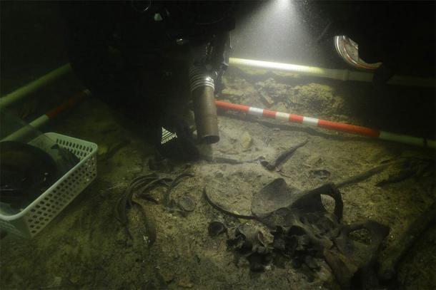 Recuperación de los restos del soldado medieval del lago Asveja. (G. Krakauskas)
