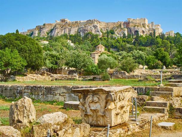 Ruinas del Odeón de Agripa, el Ágora de Atenas con la Iglesia de los Santos Apóstoles y la ladera norte de la Acrópolis de Atenas en el fondo. (Álvaro Germán Vilela / Adobe Stock)