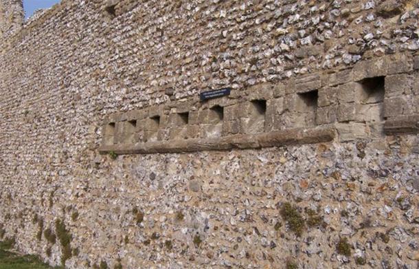La vista trasera de los inodoros garderobe medievales en Portchester Castle, Reino Unido, donde la caca salió del castillo e hizo un hedor considerable. (Colin Babb / Garderobe medieval (baños) Castillo de Portchester)
