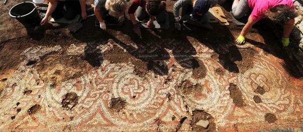 Un esfuerzo grupal en el proceso de restauración del mosaico del piso de la villa romana de Chedworth. (National Trust)