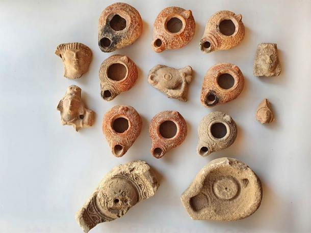 Los diversos diseños visibles en las antiguas lámparas de aceite revelan una sociedad que era un verdadero crisol, donde judíos, cristianos y paganos convivían pacíficamente. Autoridad de Antigüedades de Israel