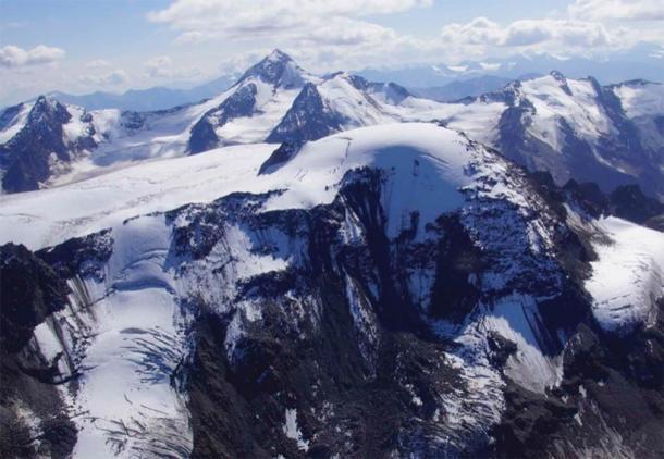 Vista aérea del glaciar de la cumbre Weißseespitze con su geometría especial en forma de cúpula. (Crédito: Andrea Fischer / Nature 2020)