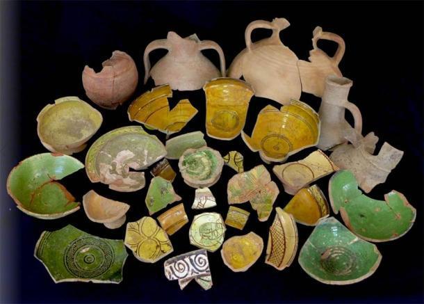 Fragmentos de cerámica encontrados en las cisternas de Metrópolis que aparentemente se habían convertido en basureros alrededor del siglo XIII d.C. (DHA)