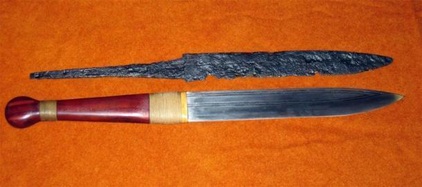 Una de las armas vikingas más típicas y de fácil acceso es el seax. En la foto: un seax excavado (arriba) y una réplica (abajo). (Bullenwächter / CC BY-SA 3.0)
