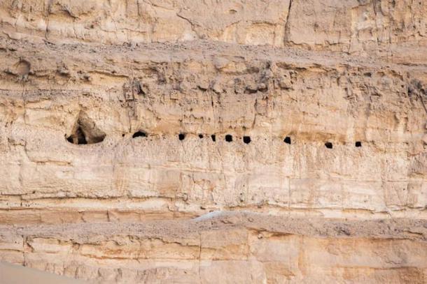 Las tumbas a menudo se cavaban en lo alto de los acantilados para protegerse contra el robo y el sabotaje. (Ministerio de Turismo y Antigüedades)