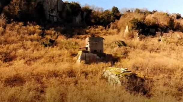 Cubo de roca etrusco Sasso del Predicatore en Selva di Malano, Italia. (Captura de pantalla del Proyecto Tuscia / Youtube)