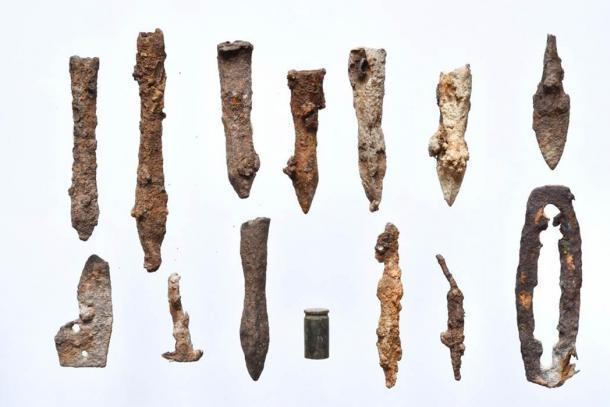 Puntas de flecha y pernos de ballesta encontrados recientemente en el antiguo campo de batalla en Polonia. (Fundación PAP)