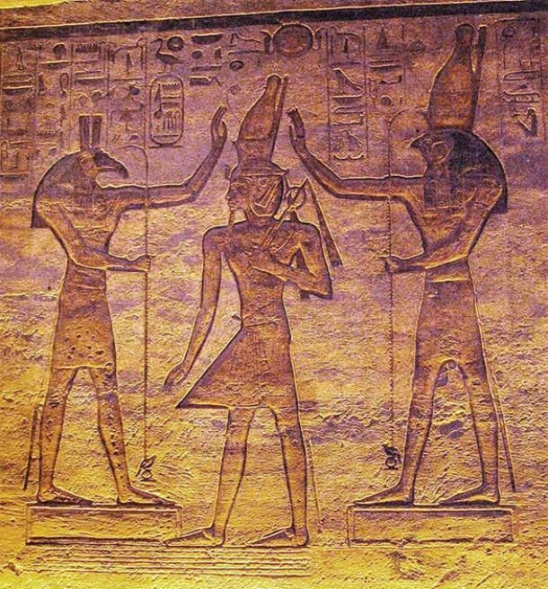 Horus, a la derecha, y Set, a la izquierda, coronando a Ramsés II, desde un relieve en el templo menor de Abu Simbel. (Chipdawes / Dominio público)