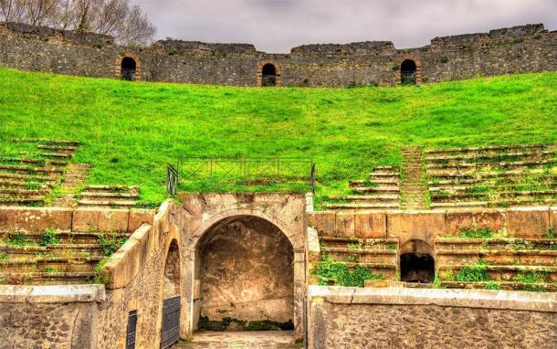 Los túneles y los asientos escalonados del anfiteatro de Pompeya (Leonid Andronov / Adobe Stock)