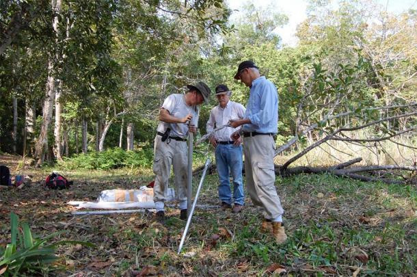 Los investigadores de la UC Nicholas Dunning, a la izquierda, Vernon Scarborough y David Lentz instalaron equipos para tomar muestras de sedimentos durante su investigación de campo en Tikal. (Liwy Grazioso Sierra)