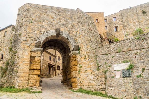 Porta all'Arco, la antigua puerta etrusca de Volterra (milosk50 / Adobe Stock)