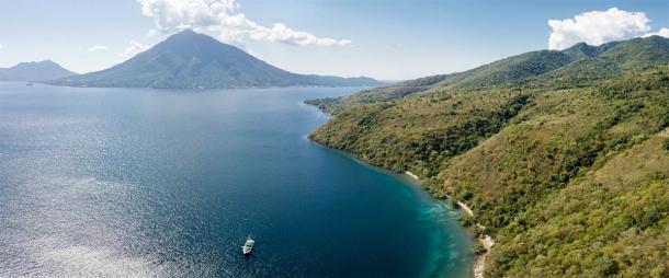 Los restos del niño fueron descubiertos en la isla Alor en el sureste de Indonesia. La investigadora Dra. Sofia Samper Carro ha argumentado que los cazadores-recolectores de aquí consumían una dieta casi 100% marina que podría haber afectado el crecimiento. (ead72 / Adobe Stock)