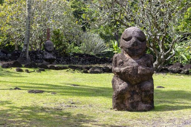 Polinesia francesa Tahití estatua de piedra tallada de Tiki. (Tom Nast/ Adobe Stock)