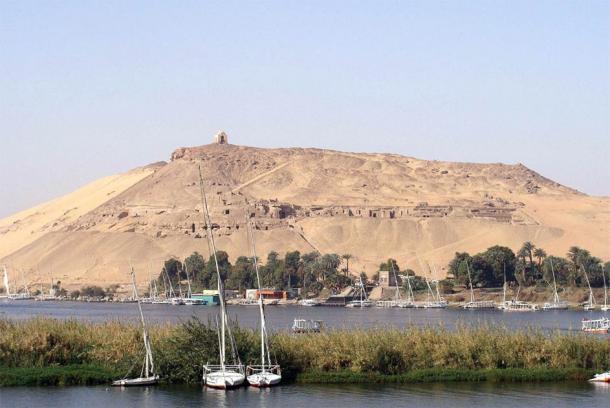 Vista de Qubbet el-Hawa y el Nilo en primer plano, la ubicación de la antigua nectópolis investigada por el equipo de la Universidad de Jaén. (Silar / CC BY-SA 3.0)