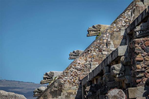 Detalles tallados de la pirámide de Quetzalcóatl en las ruinas de Teotihuacán en México. (diegograndi / Adobe Stock)