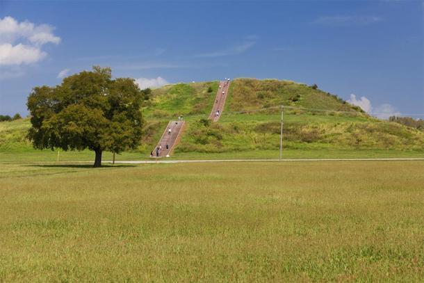 Foto moderna de la pirámide de Cahokia / montículos. (pop_gino / Adobe stock)