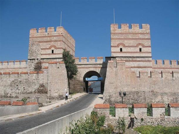El castillo de Caernarfon incorporó piedras de colores en rayas que muchos creen que era una forma de imitar las paredes de Constantinopla, probablemente debido a los viajes de Eduardo a Tierra Santa como comandante de la Novena Cruzada. (Dominio público)