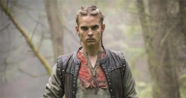 El personaje Hvitserk, probablemente un apodo para Halfdan Ragnarsson, en la serie Vikings. (CC BY SA)